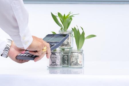 Bedrijfsconcept, calculator en notitieboekje op geldachtergrond