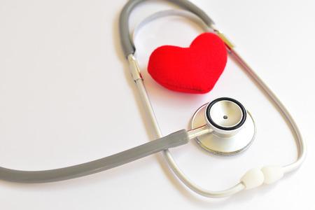 estetoscopio corazon: Corazón con el estetoscopio, el concepto de salud cardíaca Foto de archivo