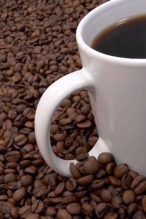 sorbo: Taza de caf� en un mar de granos de caf�