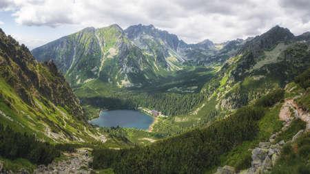 Lago glacial Popradske Pleso en el Parque Nacional Alto Tatra, Eslovaquia