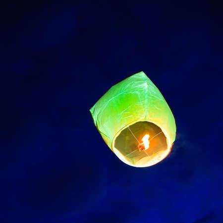 �ber Wasser: Lampion �ber Wasser in den Himmel, England 2010. Lizenzfreie Bilder
