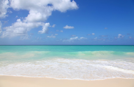 White sand and turquoise waters of Eagle Beach Aruba 版權商用圖片