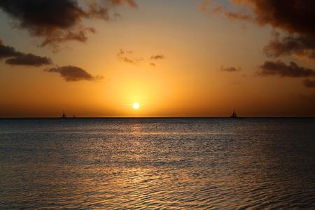 Golden sunset and sailboats at Palm Beach Aruba 版權商用圖片
