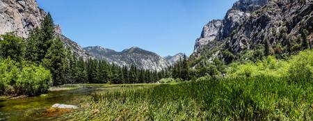 Panoramic view of Zumwalt Meadow in Kings Canyon National Park California 版權商用圖片