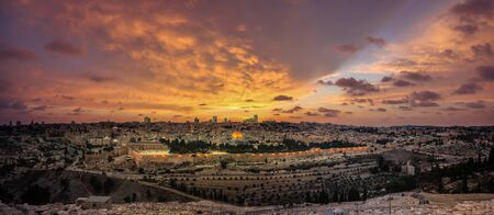 Panoramic sunset view of Jerusalem Old City and Temple Mount from the Mount of Olives 版權商用圖片
