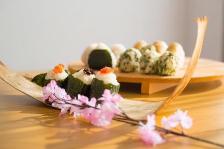おにぎりのセット「おにぎり」は日本の代表的な食事です。日本人は東京で三角の形をしたおにぎりをつかむ。