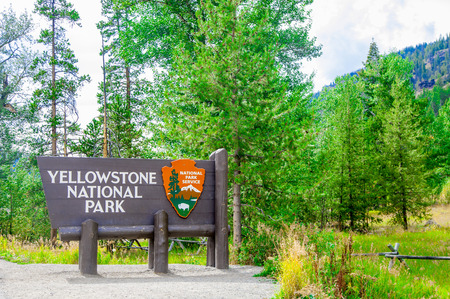 Sign ''Yellowstone National Park'' is located in the U.S. states of Wyoming, Montana, and Idaho. 스톡 콘텐츠