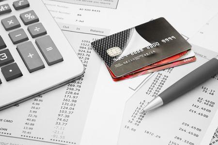 Nahaufnahme von einem Kreditkarten mit Kreditkartenabrechnungen, Stift und Taschenrechner Standard-Bild