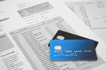 tarjeta de credito: Tarjetas de cr�dito en Estados de cuenta bancaria Foto de archivo