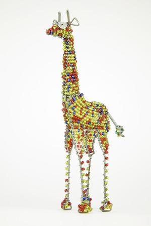 jirafa fondo blanco: Craft animal africano Wired y de cuentas de una jirafa aislado en un fondo blanco