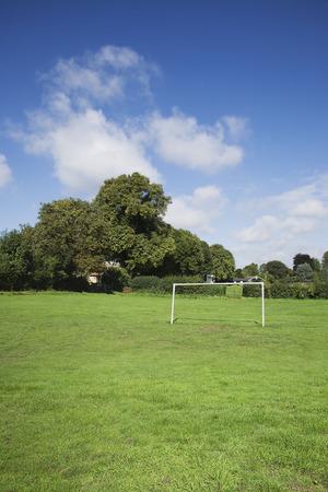 futbol infantil: pequeño poste de la meta en un campo público