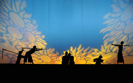 Silhouette of performers on stage Editöryel