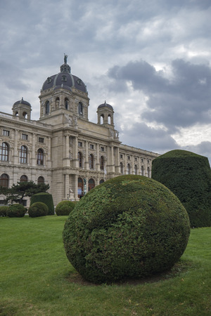 Kunsthistorisches Museum in Maria-Theresien-Platz Vienna with bushes in front Éditoriale