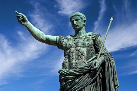 soldati romani: Statua di Cesare imperatore a Roma