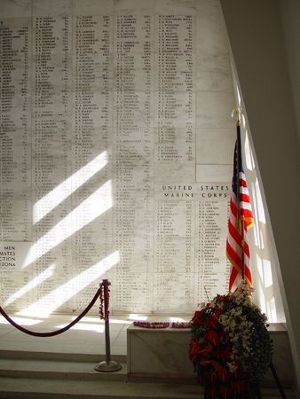 Die Sonne scheint in die USS Arizona Memorial.