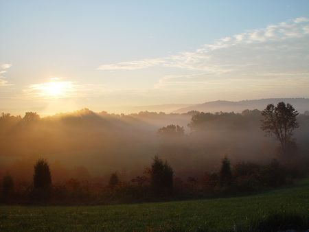 The sunrises over the hill country of Indiana. Imagens