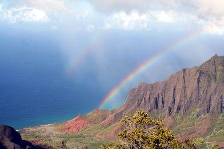 虹は雲から海に広がっています。