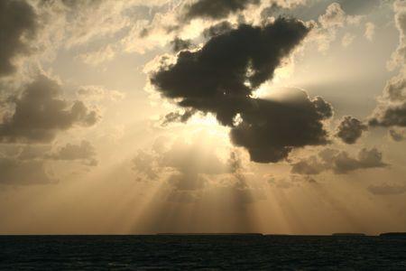 Eine dramatische Sonnenuntergang und das Licht und Schatten aus den Wolken. Standard-Bild - 3090444