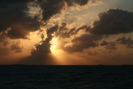 Ein dramatischer Sonnenuntergang und das Licht und die Schatten der Wolken. Standard-Bild - 3179825