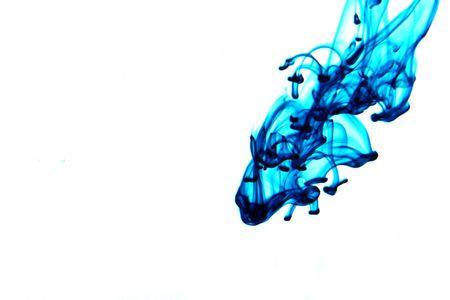 L'encre bleue qui coule à travers l'eau, d'isolement sur le blanc. Banque d'images - 5484534
