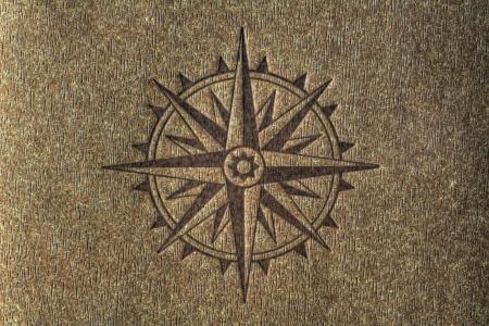 Een kompasroos bedrukt op een houtstructuur met een kopie spce. Stockfoto