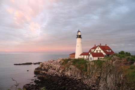 The Portland Head Light with pastel clouds overhead. Imagens - 7761522