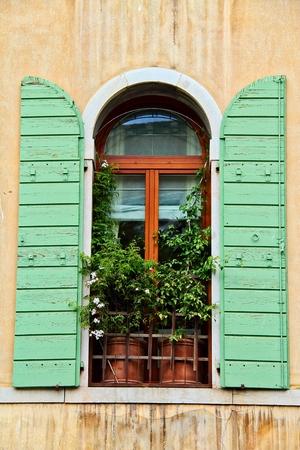 ヴェネツィアイタリアの街からの窓と装飾が施されています。
