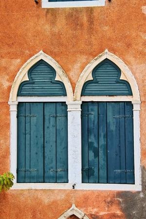 ヴェネツィアイタリアの街からの窓。 写真素材
