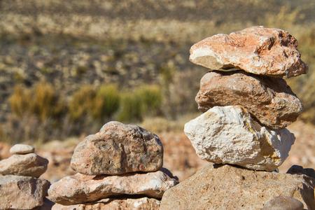 砂漠の岩は互いの上に積み重なった。