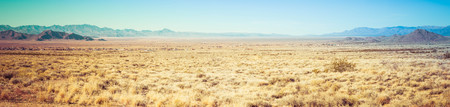 A panorama of the high, open desert of Arizona with mountains in the distance. 版權商用圖片