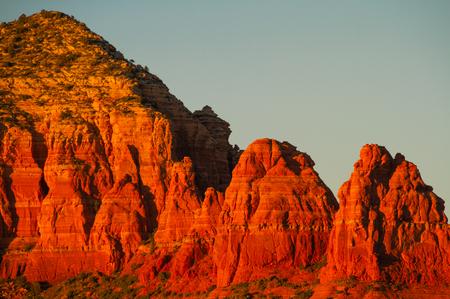 La luz del atardecer se refleja en los acantilados de las montañas de Sedona, Arizona. Foto de archivo