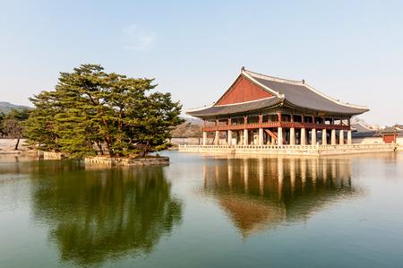 Gyeongbokgung Palace grounds in Seoul, South Korea Фото со стока - 27291373