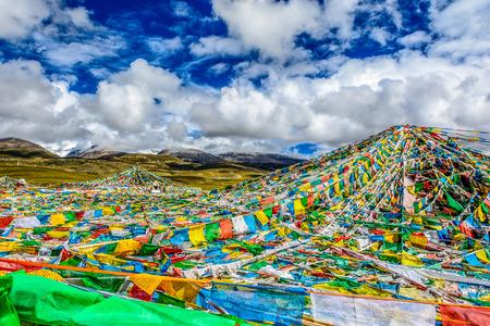 チベットのヒマラヤ山で祈りフラグ。