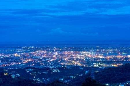 美しい鳥は、Phlippines のトップ見通しからセブ市の様子 写真素材