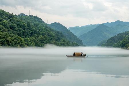 Een visser in de beroemde Misty Small Dongjiang (oostelijke rivier) in Chenzhou, provincie Hunan in China.