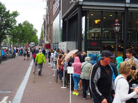 Amsterdam, Pays-Bas, Eté 2015. Partie avant d'une ligne logn d'attente pour la célèbre Maison d'Anne Frank