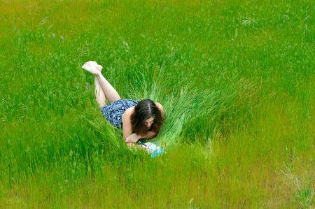 writing book: Ragazza Primavera scrive nel suo diario nel parco Archivio Fotografico