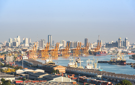 tall yellow industrial cranes rising into sky Stockfoto