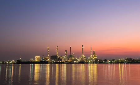 trabajador petroleros: refinería de petróleo Planta de la industria a lo largo crepúsculo de la mañana