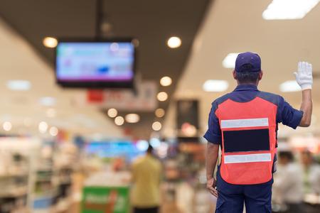 agent de sécurité: Agent de sécurité dans le centre commercial Banque d'images