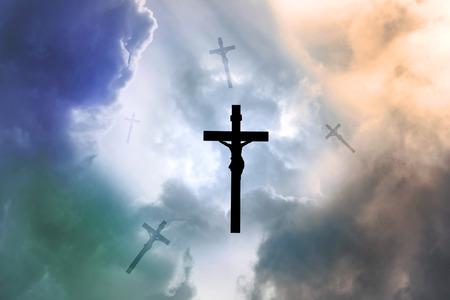viernes santo: Silueta de Jesús y la cruz cayendo del cielo Foto de archivo