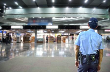 Sicherheitsbeamte in Duty-free-Flughafen