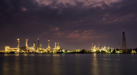 oil refinery at twilight Stok Fotoğraf