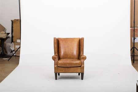 Poltrona reclinabile Mid-Century in pelle, in pelle pieno fiore, la nostra poltrona reclinabile Mid-Century Rhys, gambe in legno massello con finitura pecan. con sfondo bianco Archivio Fotografico