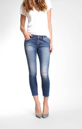Ein Rock in Blues Denim, Shorts mit hoher Taille, längerer Leibhöhe, entspanntem Bein mit ausgefransten Säumen und klassischem Five-Pocket-Stil... Standard-Bild