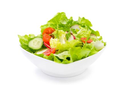 Ensalada fresca con tomates cherry, pepino, lechuga y rábanos Foto de archivo