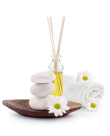 massage huile: Spa décoration avec des pierres, des marguerites et une bouteille d'huile masssage Banque d'images