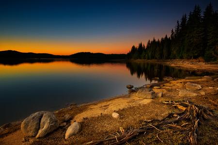 Beautiful lake view at sunset 免版税图像