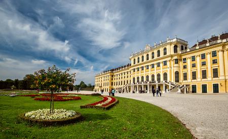 schonbrunn palace: Tourists visit Schonbrunn palace in Vienna, Austria
