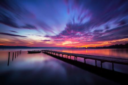Lunga esposizione Magnifico tramonto sul lago Archivio Fotografico - 33283684